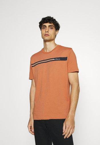 CHEST STRIPE TEE - Print T-shirt - anise