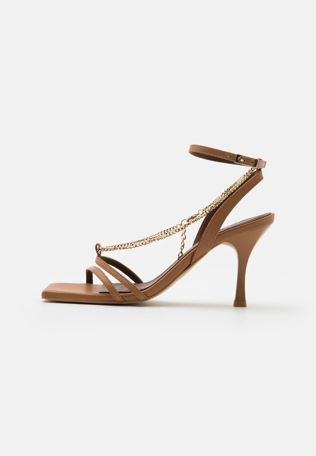 STRAPS CHAIN - Sandály - camel