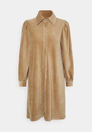 GINEVA DRESS - Košilové šaty - camel