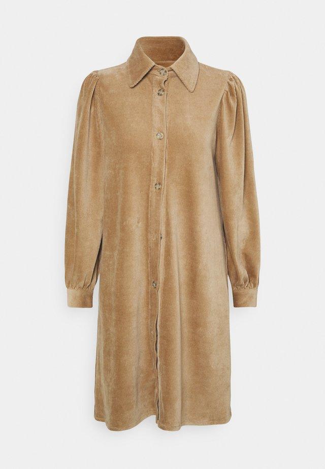 GINEVA DRESS - Robe chemise - camel