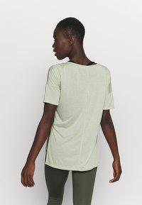 Nike Performance - LAYER - Basic T-shirt - celadon heather/olive aura - 2