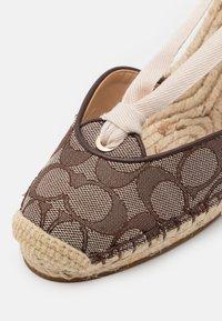 Coach - CARMEN JACQUARD  - Platform heels - oak - 6