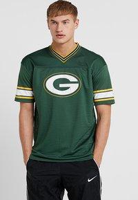 New Era - NFL GREEN BAY PACKERS OVERSIZED LOGO TEE - Klubové oblečení - green - 0