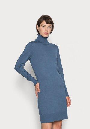 MILASZ ROLLNECK DRESS - Pletené šaty - china blue