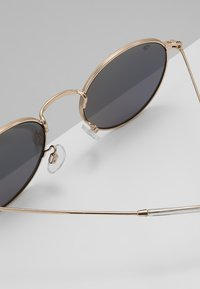 CHPO - LIAM - Sunglasses - gold-coloured/green mirror - 4