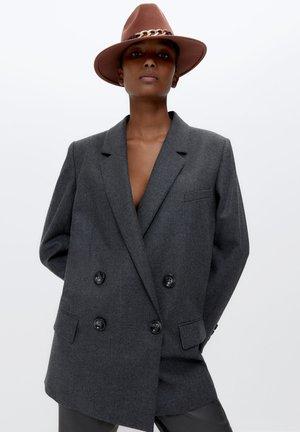 MIT SCHLEIFE UND KETTE - Hat - brown