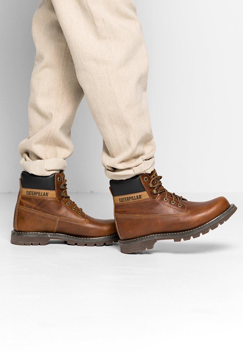 Cat Footwear - COLORADO - Šněrovací kotníkové boty - golden