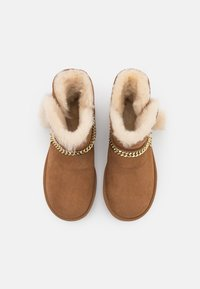 UGG - CLASSIC CHARM MINI - Bottines - chestnut