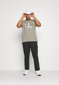 Calvin Klein Jeans Plus - SEASONAL MONOGRAM TEE - Print T-shirt - elephant skin / white - 1