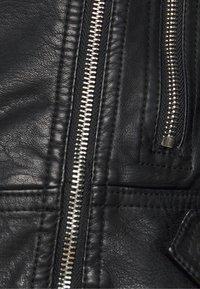 Vero Moda Petite - VMKERRIULTRA SHORT JACKET - Bunda zumělé kůže - black - 6