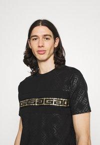 Glorious Gangsta - MINOS TEE - T-shirt imprimé - jet black/gold - 3