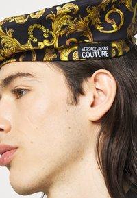 Versace Jeans Couture - UNISEX - Cappello - black/gold - 1