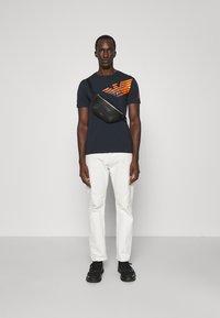 EA7 Emporio Armani - Print T-shirt - dark blue/orange - 1