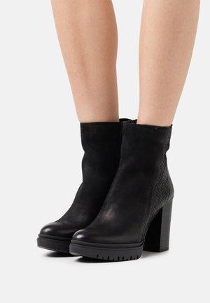 JANICE - Kotníkové boty na platformě - morat/python black