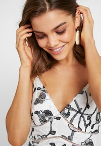 Missguided - PURPOSEFUL FLORAL PANELLED BODYSUIT - Top - white