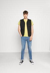 Lee - TWIN 2 PACK - T-shirt basic - navy/sunshine - 0