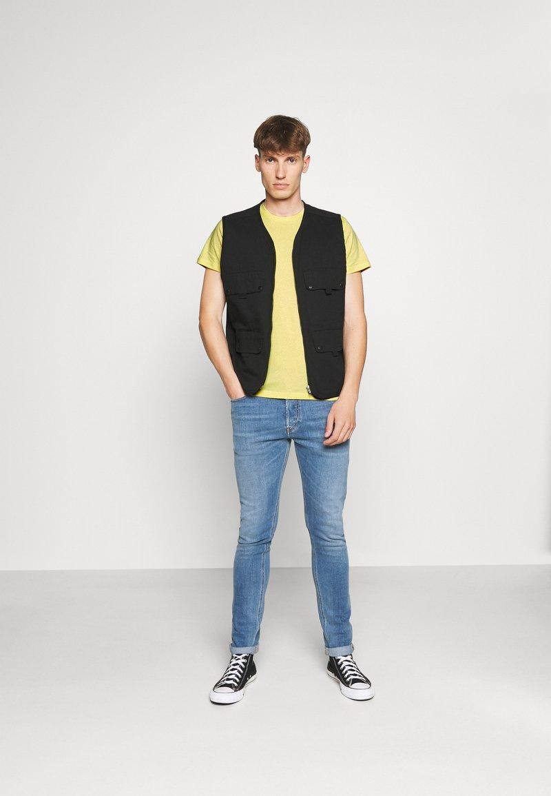 Lee - TWIN 2 PACK - T-shirt basic - navy/sunshine