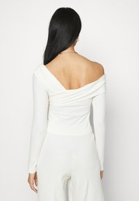 NA-KD - NA-KD X ZALANDO EXCLUSIVE OFFSHOULDER DETAIL - Long sleeved top - white - 2