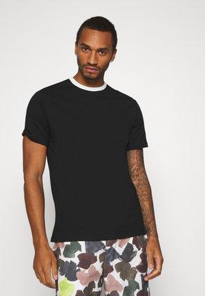 MENNACE PATCH CREW NECK - T-shirts med print - black