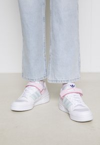 adidas Originals - FORUM LOW ORIGINALS SNEAKERS SHOES - Trainers - footwear white/clear pink/halo mint - 2