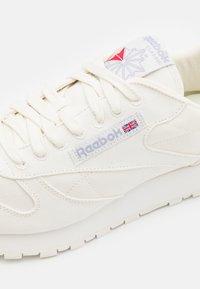 Reebok Classic - CL LTHR GROW UNISEX - Sneakersy niskie - chalk - 5