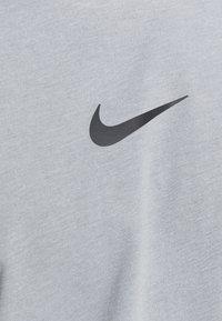 Nike Performance - Print T-shirt - particle grey/white/(black) - 5