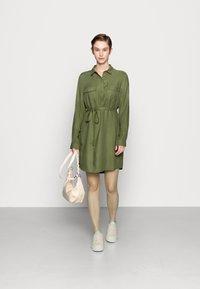 Cotton On - TAMMY LONG SLEEVE DRESS - Abito a camicia - khaki - 1