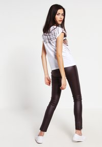 Cream - BELUS KATY - Leggings - Trousers - hot java - 2