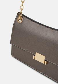 Even&Odd - Across body bag - metallic grey - 3
