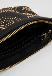 Versace Jeans Couture - CHAIN WALLET POUCH PAISLEY STUD - Clutch - nero - 2