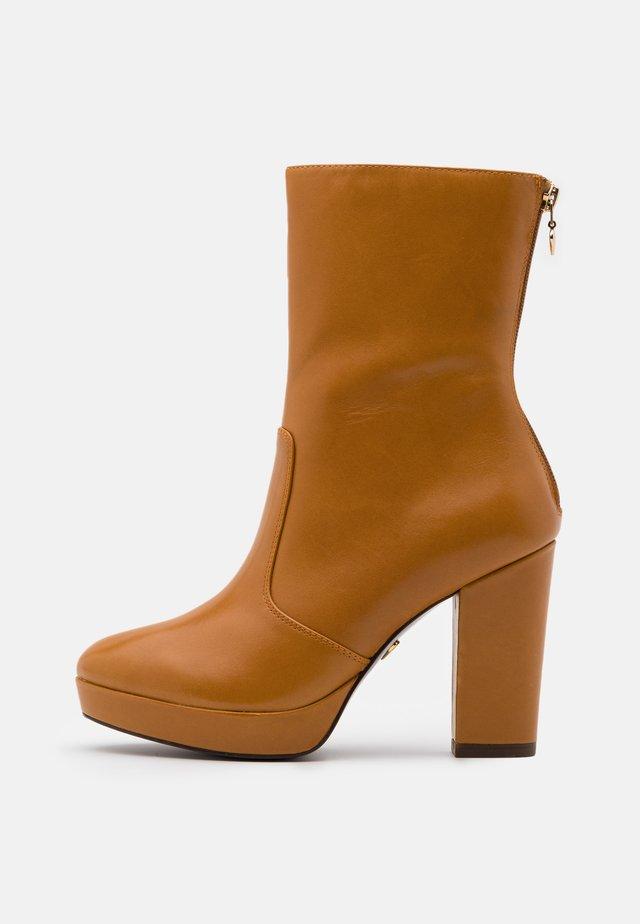 BOOTS  - Kotníková obuv na vysokém podpatku - mustard