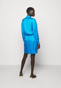 Pinko - DEGNO ABITO JACQUARD GEOMETRICO - Košilové šaty - light blue - 3
