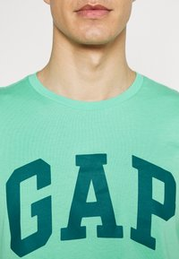 GAP - BASIC LOGO - Print T-shirt - cool jade - 4
