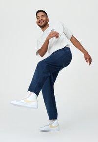 Nike Sportswear - BLAZER MID '77 UNISEX - Höga sneakers - white/lemon wash - 3