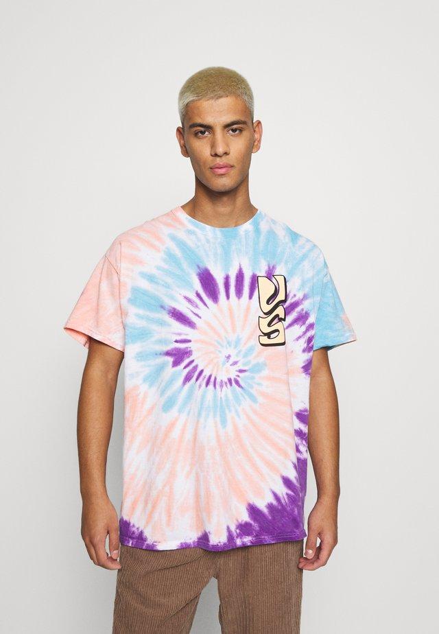 SPIRAL TIE DYE WITH FAR OUT SUN GRAPHIC - T-shirt z nadrukiem - multicoloured