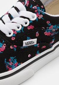 Vans - ERA ELASTIC LACE - Sneakers laag - black/true white - 5