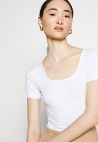 Glamorous - SQUARE NECK BODY 2 PACK - Basic T-shirt - white/baby blue - 5