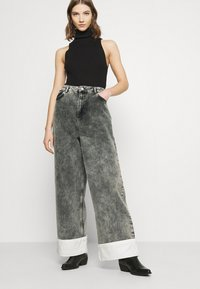 NU-IN - STEFANIE GIESINGER CONTRAST TURN UP WIDE LEG - Relaxed fit jeans - black wash - 3