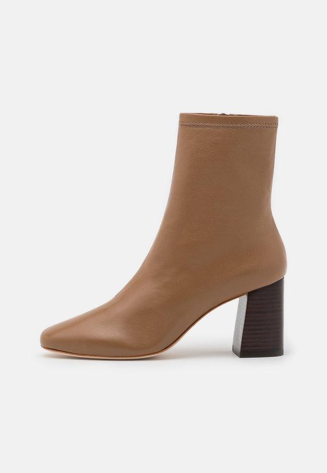 ELISE - Kotníkové boty - tabac