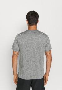 Nike Performance - RISE - T-shirts print - smoke grey/heather/reflective silver - 2