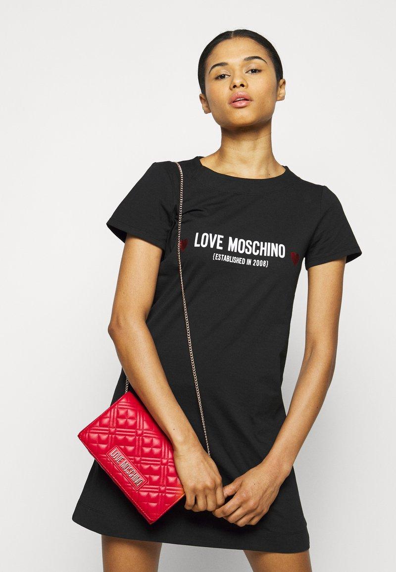 Love Moschino - Skuldertasker - rosso