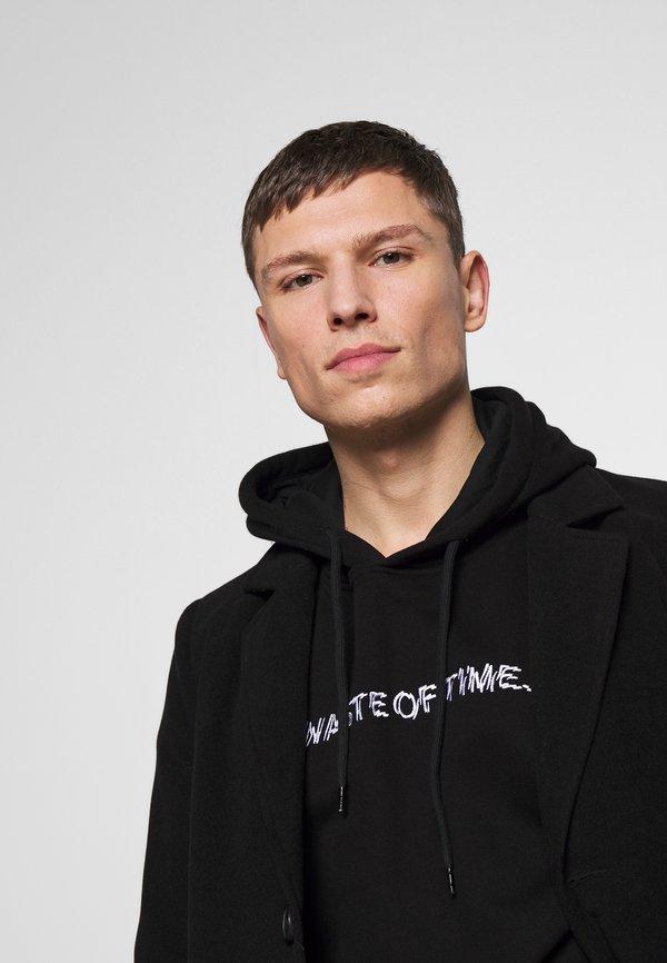 Pier One WASTE OF TIME HOOD - Bluza z kapturem - black/czarny Odzież Męska FHHT
