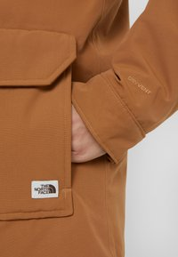 The North Face - INSULATED ARCTIC MOUNTAIN JACKET - Kort kåpe / frakk - chipmunk brown - 8