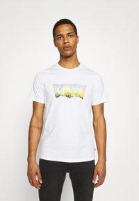Levi's® - HOUSEMARK GRAPHIC TEE UNISEX - T-shirt z nadrukiem -  white - 0