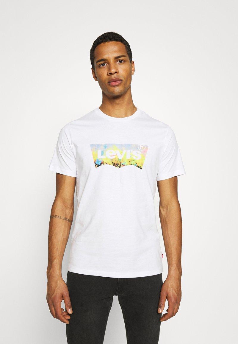 Levi's® - HOUSEMARK GRAPHIC TEE UNISEX - T-shirt z nadrukiem -  white