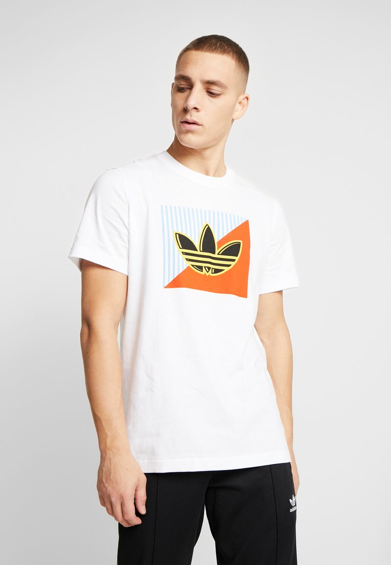 adidas Originals - DIAGONAL LOGO SHORT SLEEVE GRAPHIC TEE - Print T-shirt - white
