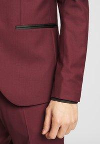 Isaac Dewhirst - TUX - Kostym - bordeaux - 6