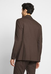Isaac Dewhirst - PLAIN SUIT - Oblek - brown - 2