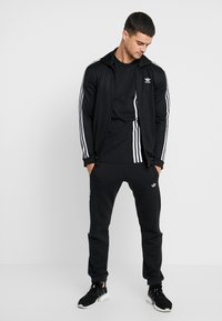 adidas Originals - PILLAR TEE - Print T-shirt - black/white - 1