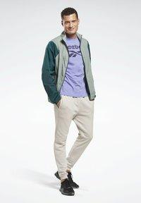 Reebok - GRAPHIC SERIES REEBOK STACKED TEE - Print T-shirt - purple - 1